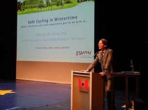 Peter van de Knaap of SWOV presents. Photo by Liesbeth van Alphen.
